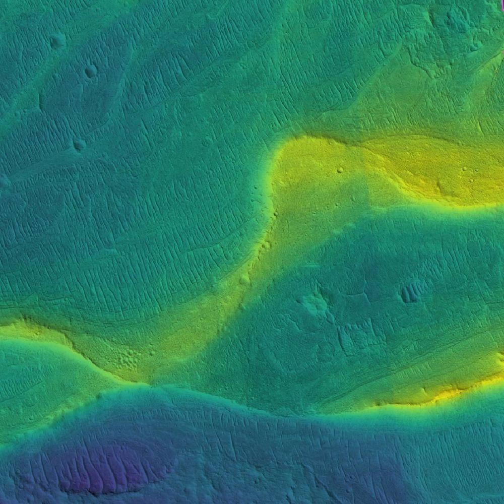 Koryto i brzegi marsjańskiej rzeki pokryte osadami.