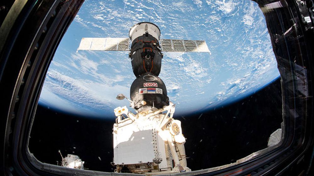 Statek Sojuz MS-12 cumuje do Międzynarodowej Stacji Kosmicznej.