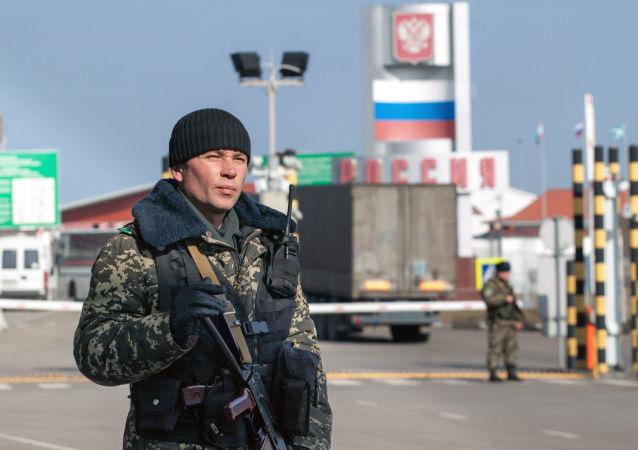 Ukraiński pogranicznik na przejściu granicznym Hoptiwka z Rosją