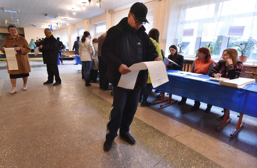 Mieszkańcy Lwowa podczas głosowania na prezydenta Ukrainy w jednym z lokalów wyborczych