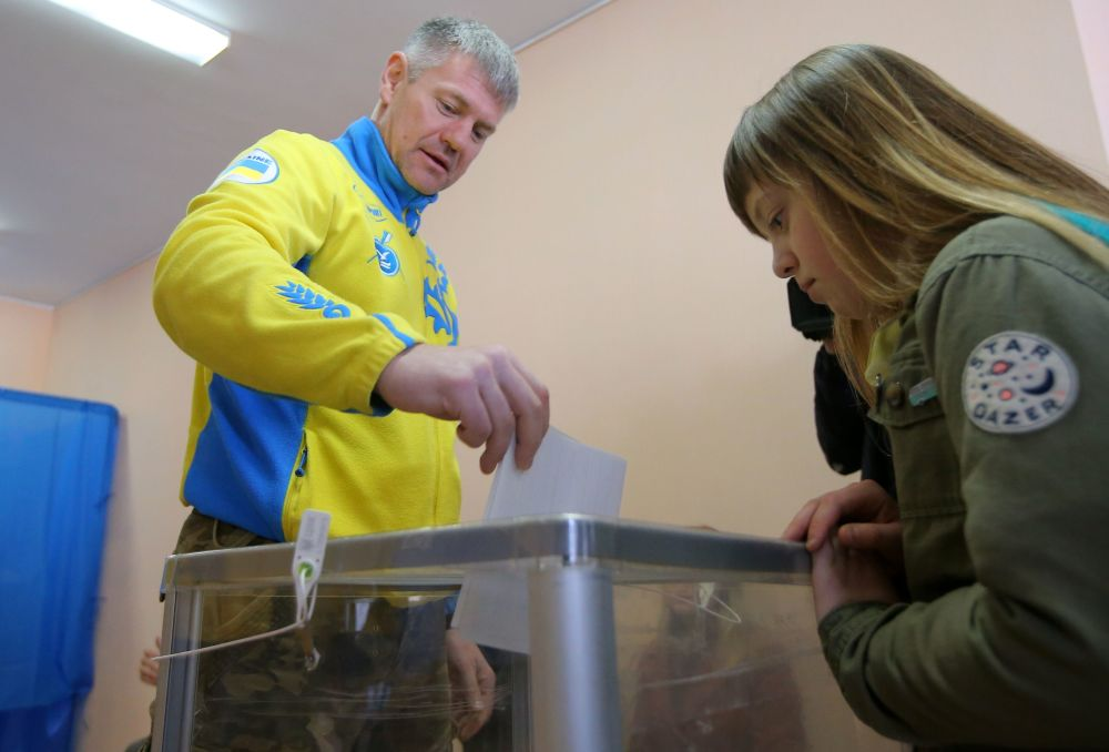 Mieszkańcy Kijowa podczas głosowania na prezydenta Ukrainy w jednym z lokalów wyborczych