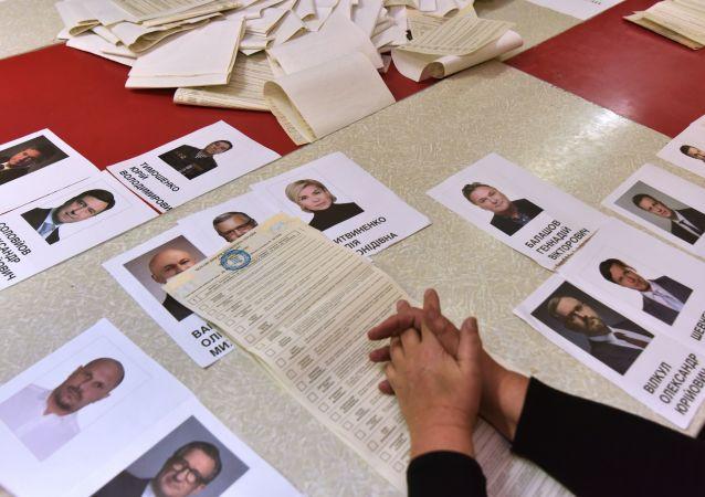 Liczenie głosów w lokalach wyborczych we Lwowie