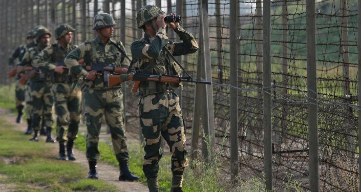 Indyjskie siły graniczne patrolują granicę Pakistanu