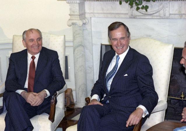 Prezydent ZSRR Michaił Gorbaczow i prezydent USA George W. Bush podczas spotkania w Białym Domu, 1990 r.