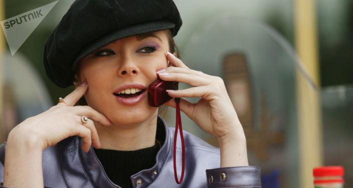 Dziewczyna gada przez telefon. Moskwa, 2004 rok