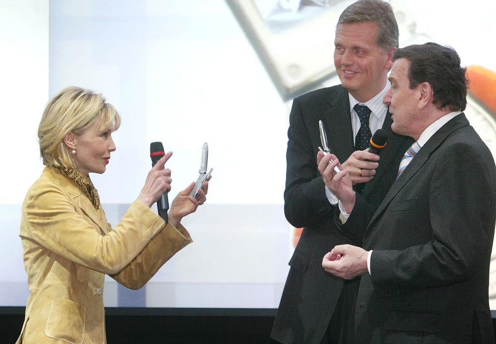 Doris Schröder-Köpf fotografuje Gerharda Schrödera telefonem z wbudowaną kamerą, 2003 rok
