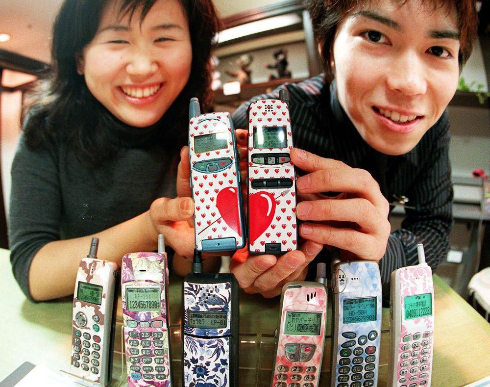 Telefony z designerskimi etui. Tokio, 1999 rok