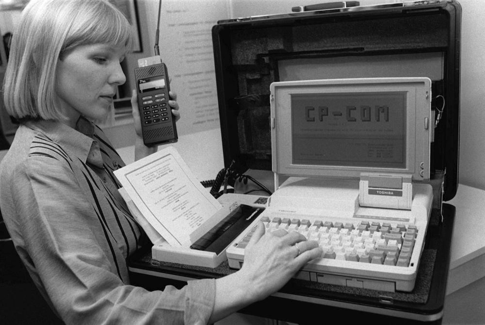 Przenośne biuro: laptop, drukarka i telefon komórkowy. Hanower, 1990 rok