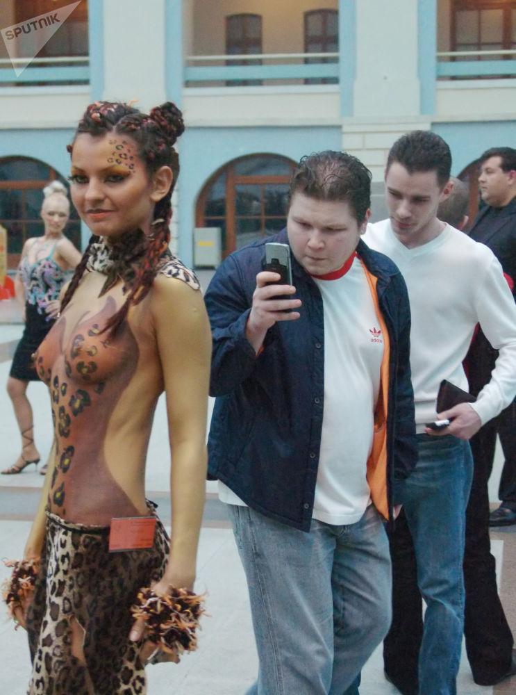 Przechodzień fotografuje uczestniczkę konkursu Wiosenny wernisaż w Moskwie, 2006 rok