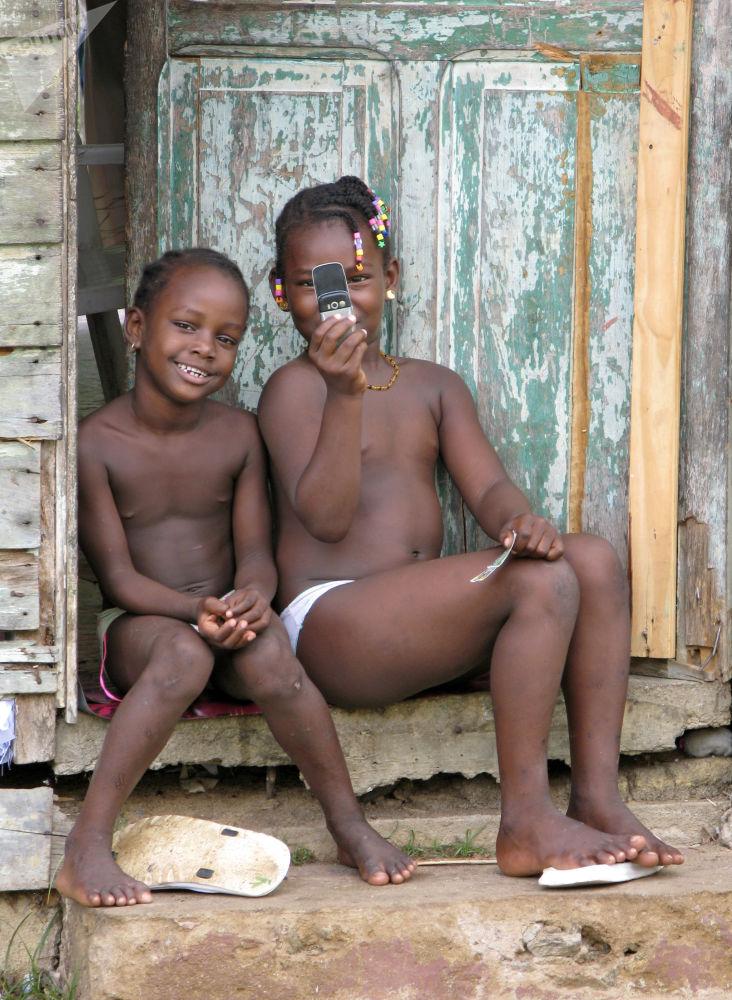 Dzieci w Gujanie Francuskiej bawią się z telefonem, 2007 rok