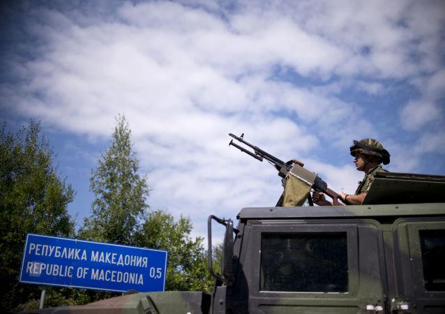 Bułgarski żołnierz na granicy z Macedonią