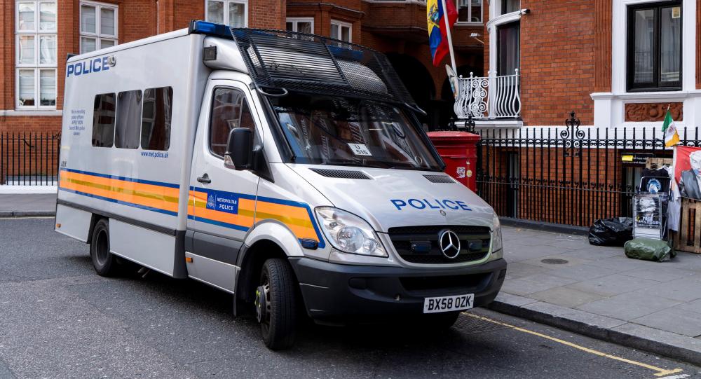 Radiowóz policyjny przy ambasadzie Ekwadora po aresztowaniu Juliana Assange'a
