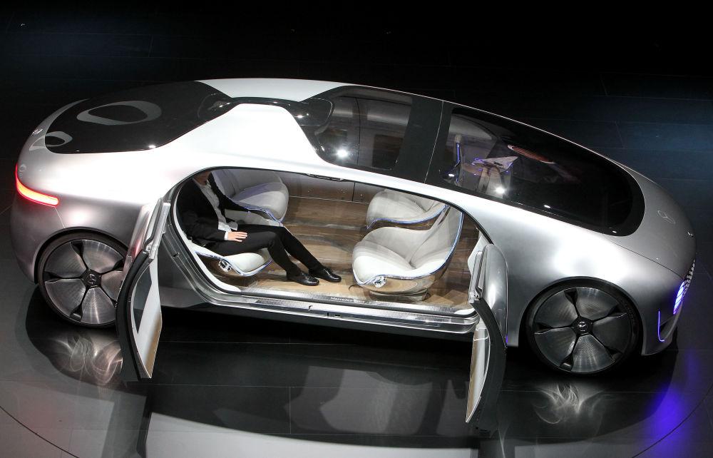 Samochody Mercedes przed otwarciem wystawy motoryzacyjnej Internationale Automobil-Ausstellung - 2015 we Frankfurcie nad Menem
