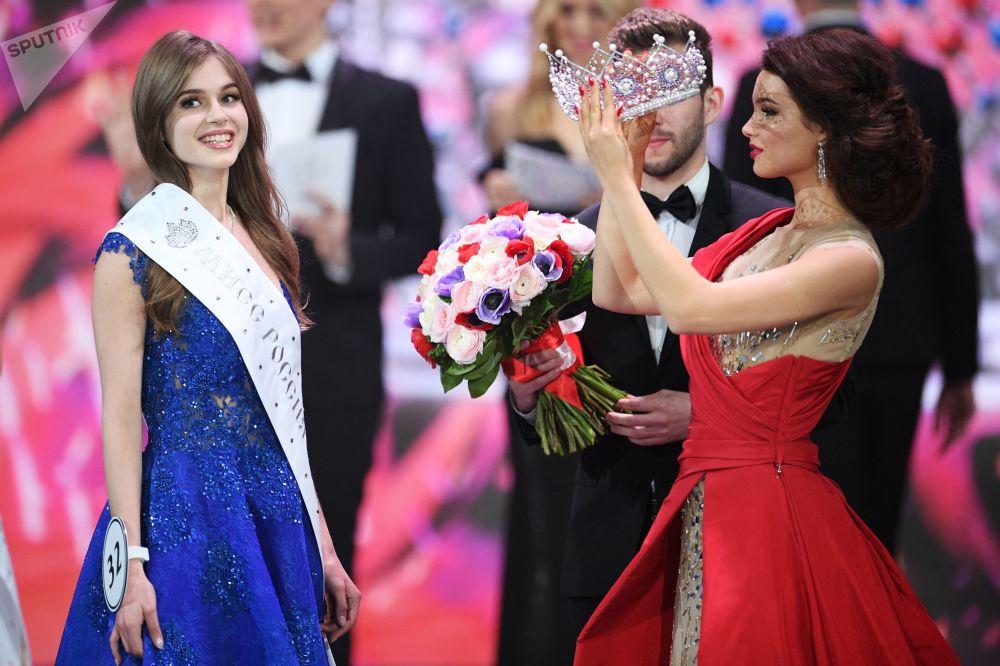 Miss Rosji 2019 Alina Sańko (Azow) oraz Miss Rosji 2018 Julia Polaczychina (Czuwaszja) podczas ceremonii wręczenia nagród finalistkom konkursu Miss Rosji 2019 w Barvikha Luxury Village.