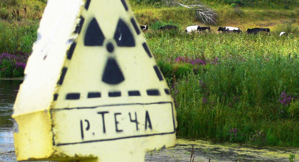 Znak zagrożenia promieniowaniem na rzece Tecza w pobliżu miejscowości Kysztym