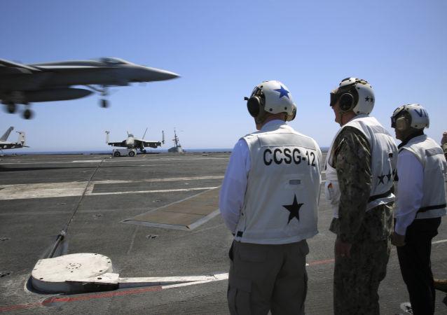 """Amerykański lotniskowiec atomowy typu """"Nimitz"""" Abraham Lincoln na Morzu Śródziemnym"""