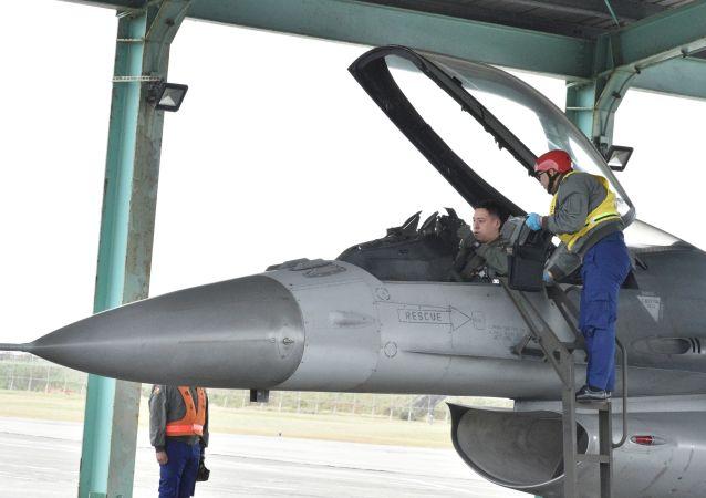 Obsługa techniczna myśliwca F-16 Fighting Falcon na Tajwanie