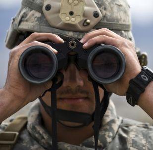 Amerykański wojskowy z lornetką w bazie lotniczej
