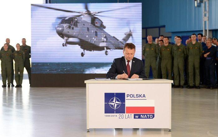 Szef MON Mariusz Błaszczak podpisuje umowę na dostawy AW101