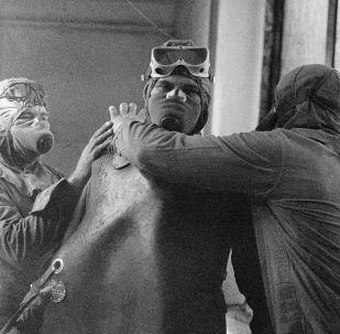 Likwidatorzy przygotowują się wejść na dach Czarnobylskiej Elektrowni Jądrowej