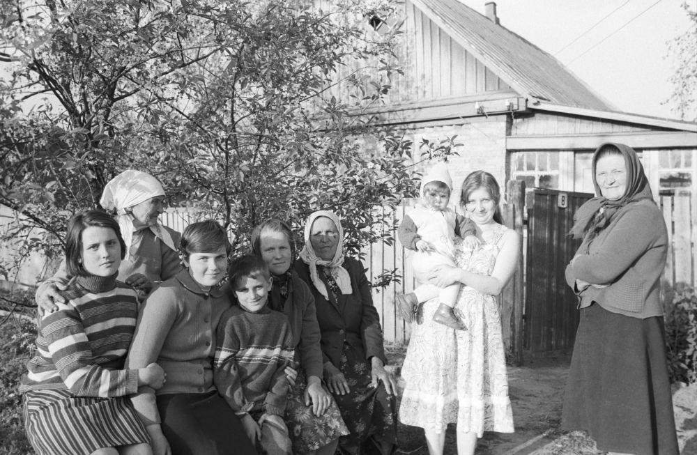 Emerytka Maria Ostrinskaja i ewakuowani mieszkańcy wsi Maszew pod Czarnobylem, którzy zamieszkali w jej domu