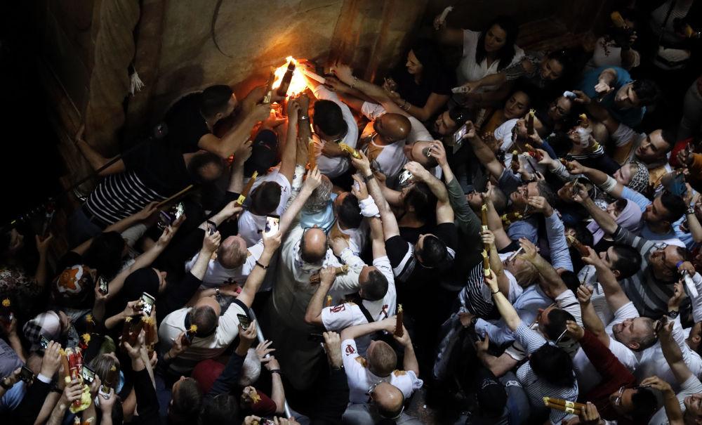 Wierni świętują zstąpienie Świętego Ognia w Świątyni Grobu Pańskiego w Jerozolimie.