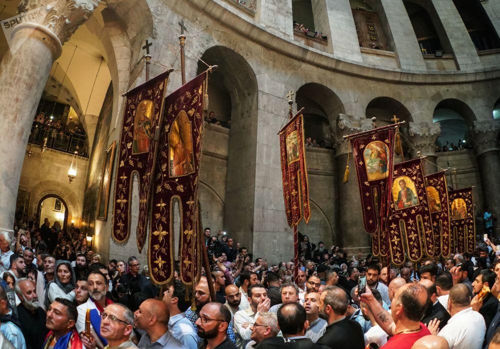 Wierzący przygotowują się do zstąpienia Świętego Ognia w Świątyni Grobu Pańskiego.