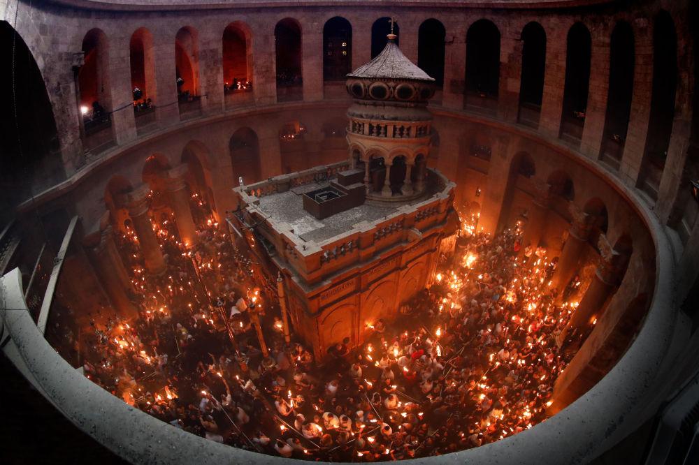 Wierzący świętują zstąpienie Świętego Ognia w Świątyni Grobu Pańskiego w Jerozolimie.