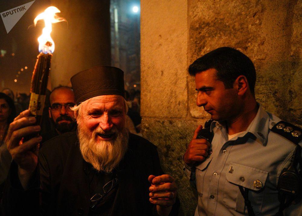 Wierzący świętują zstąpienie Świętego Ognia w Świątyni Grobu Pańskiego.