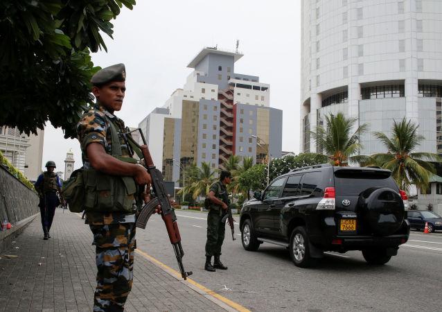 Wojskowy patrol na ulicach Kolombo na Sri Lance