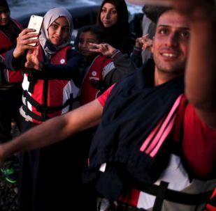 Uchodźcy z Syrii robią selfie po przynyciu na grecką wyspę Lesbos