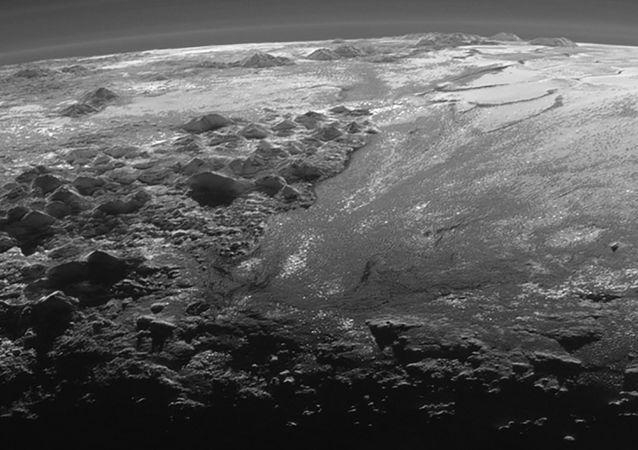 Pokryta lodem powierzchnia Plutona