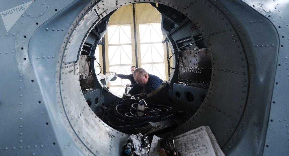 Pracownicy montują wojskowy śmigłowiec transportowy Mi-26T2. Zdjęcie archiwalne