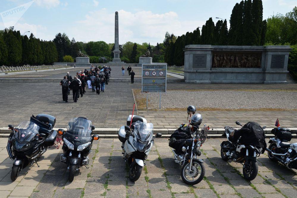 """Motocykliści klubu """"Nocne Wilki"""" złożyli kwiaty na Cmentarzu Żołnierzy Radzieckich w Warszawie"""