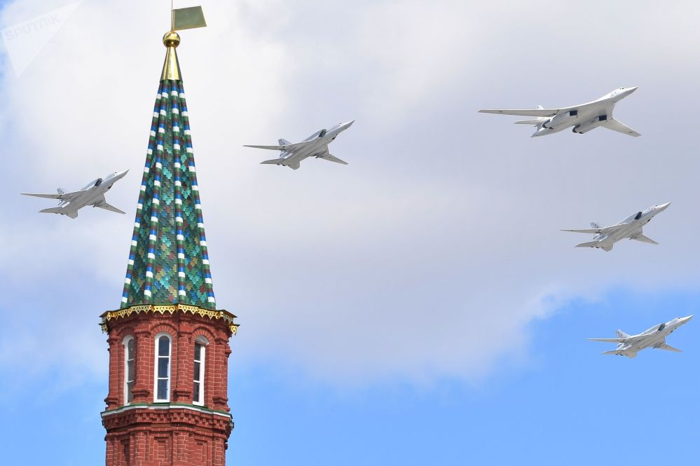 Odrzutowe ponaddźwiękowe bombowce strategiczne Tu-160 i samolote bombowe średniego zasięgu Tu-22M