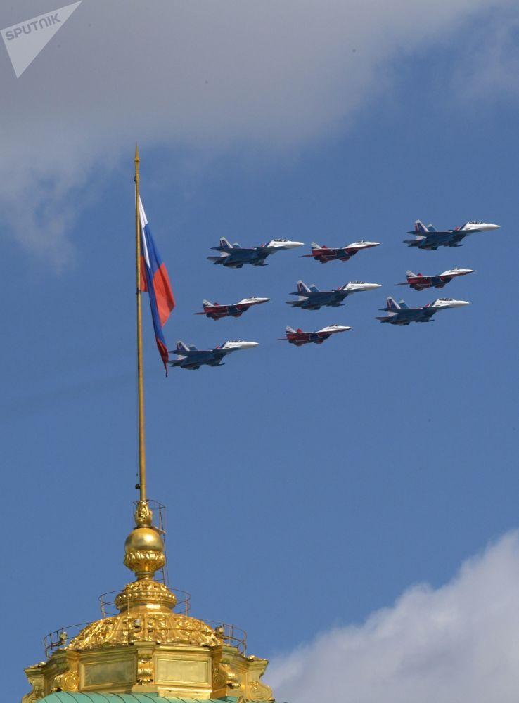 Wielozadaniowe samoloty bojowe Su-30SM i myśliwce frontowe MiG-29