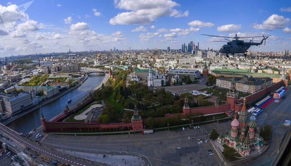 Śmigłowiec wielozadaniowy Mi-8 w niebie nad Moskwą