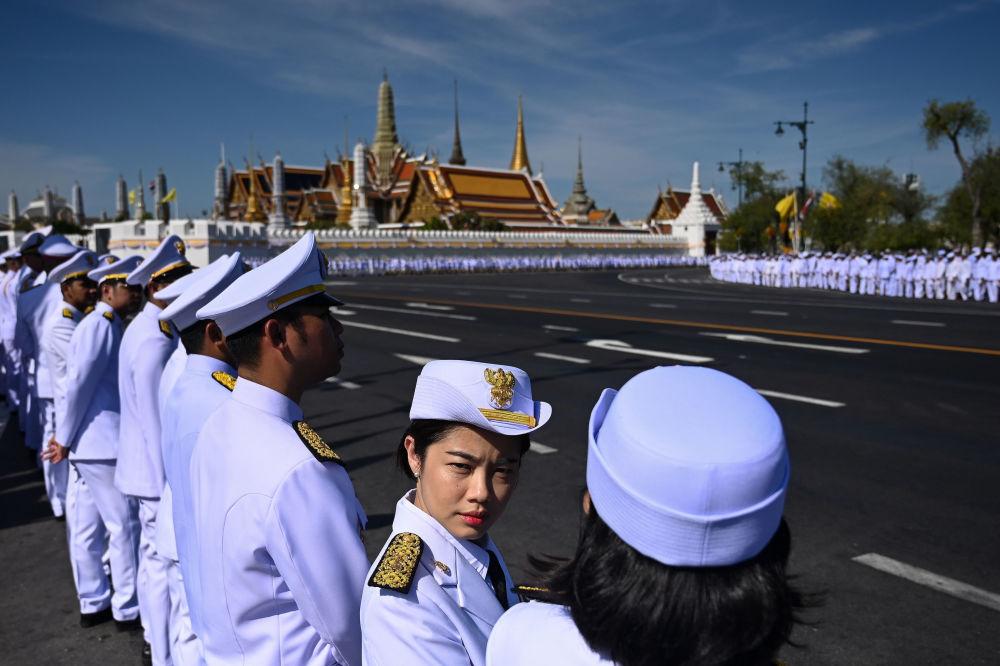 Wojskowi oczekują przybycia króla Tajlandii Maha Vajiralongkorn na koronację w Bangkoku.