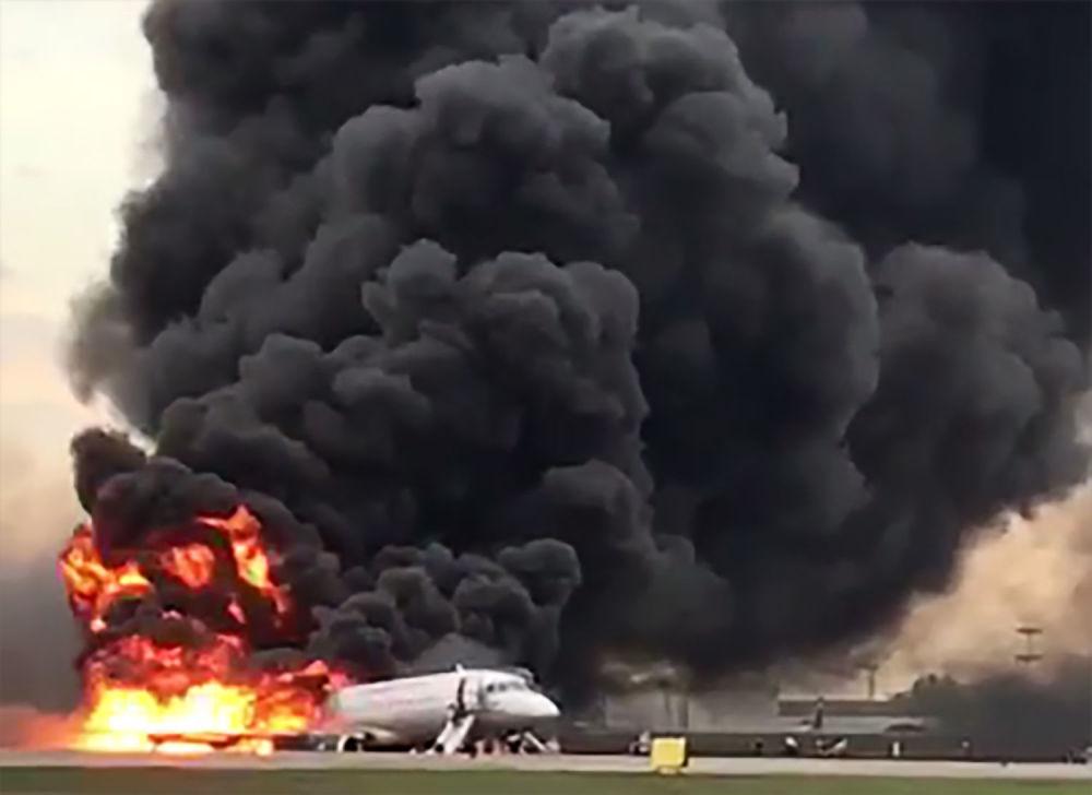 Samolot linii lotniczych Aeroflot Superjet 100, który musiał wrócić podczas lotu z Moskwy do Murmańska do portu lotniczego Szeremietiewo z powodu pożaru na pokładzie.