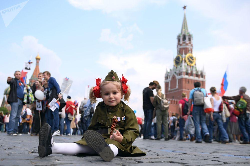 """Uczestnicy akcji """"Nieśmiertelny pułk"""" w Moskwie."""