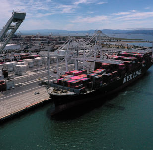 Statek towarowy w porcie Auckland w Kalifornii