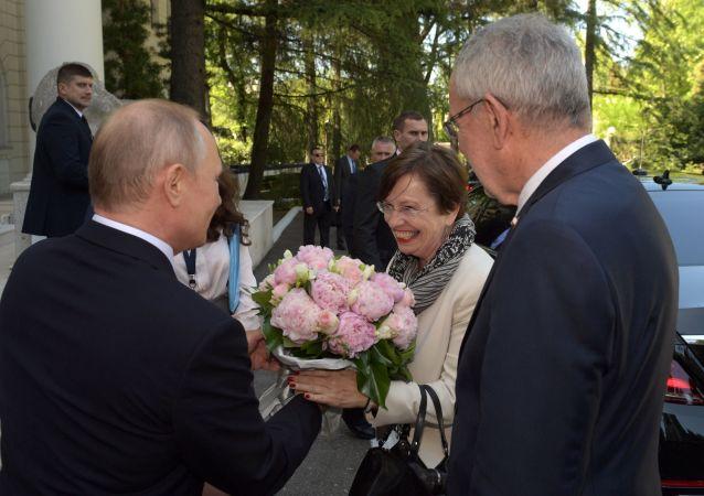 Prezydent Rosji Władimir Putin i prezydent Austrii Alexander van der Bellen ze swoją żoną Doris Schmidower podczas spotkania