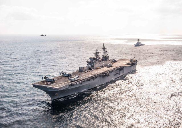Okręt desantowy USS America i niszczyciel typu Arleigh Burke USS Hopper