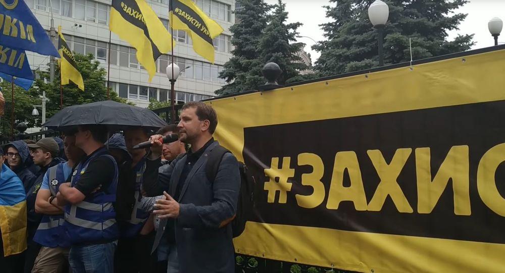 Kadr z wideo Ukrinform z pikietą nacjonalistów, popierających ustawę o dekomunizacji, pod siedzibą Sądu Konstytucyjnego Ukrainy