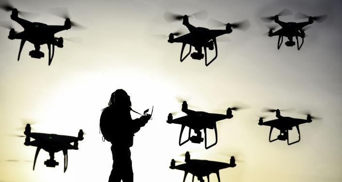 Pilot w otoczeniu dronów