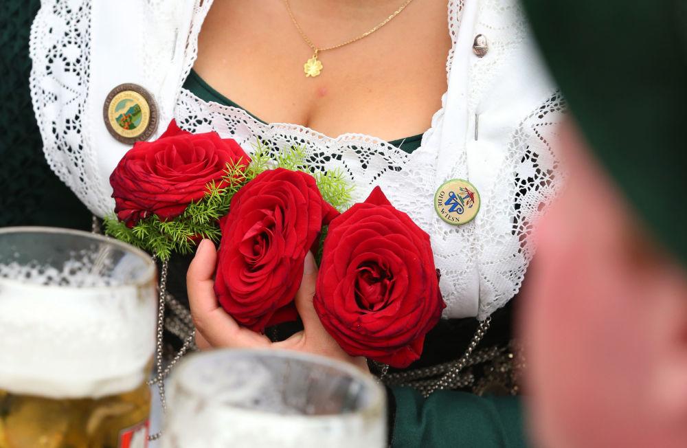 Kobieta w tradycyjnym stroju bawarskim w Monachium