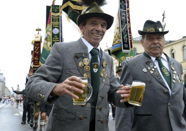 Tradycyjna parada podczas festiwalu Oktoberfest w Monachium