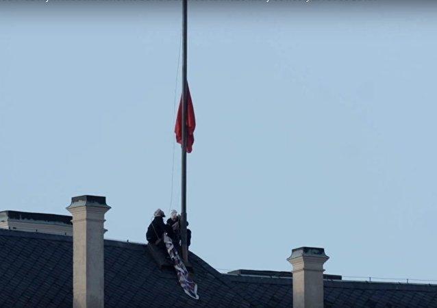 Aktywiści z grupy Ztohoven powiesili nad Zamkiem Praskim ogromne czerwone majtki zamiast flagi prezydenckiej