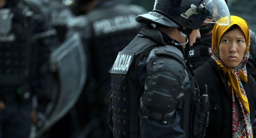 Uchodźcy i policjanci na słoweńsko-chorwackiej granicy