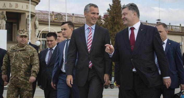 Sekretarz generalny NATO Jens Stoltenberg i prezydent Ukrainy Petro Poroszenko na lotnisku we Lwowie